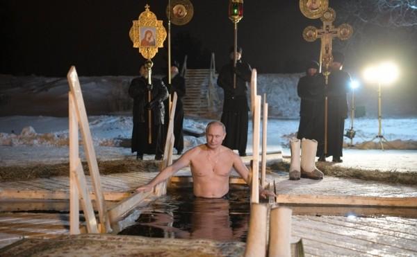 Путин поучаствовал в крещенских купаниях