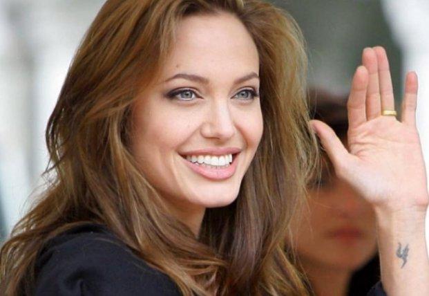 Анджелина Джоли категорически отказалась от фамилии Брэда Питта (видео)