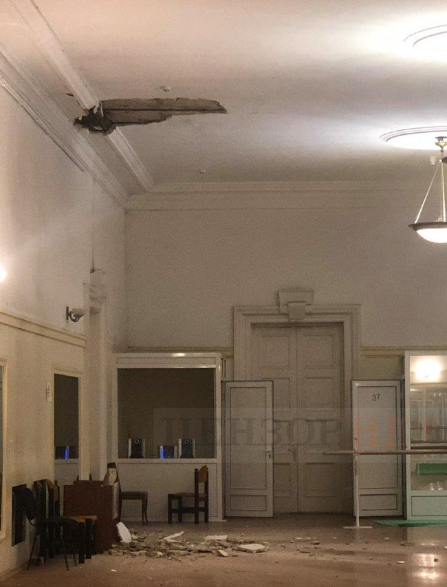 В киевском Доме учителя обвалился потолок во время занятий с детьми (фото)