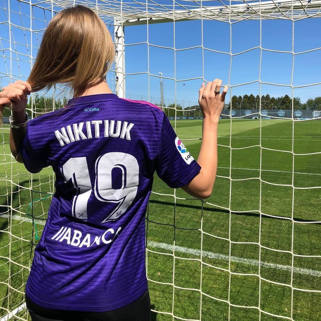Леся Никитюк заинтриговала образом футбольной фанатки (фото)