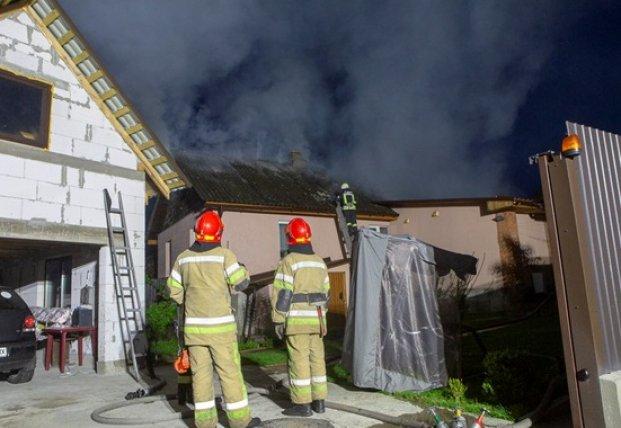 После взрыва в Киеве загорелся частный дом (видео)