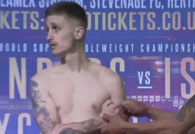 Британский боксер потерял сознание на церемонии взвешивания (видео)