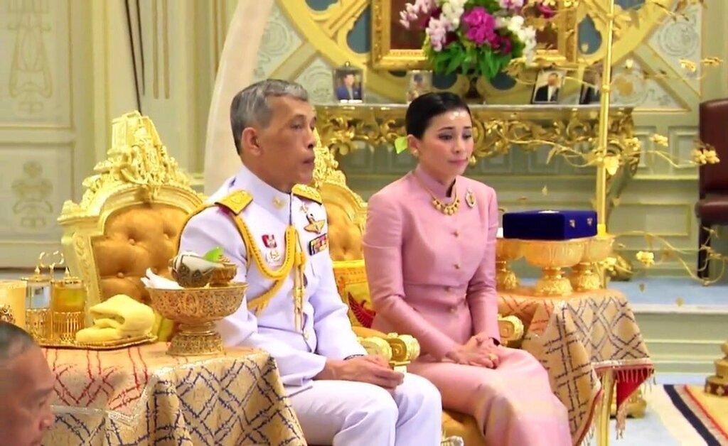 Король Таиланда женился на своем генерале (фото)