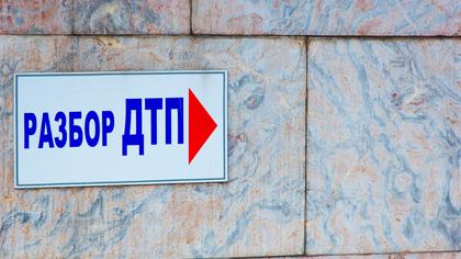 Легковушка улетела в кювет около кемеровской школы