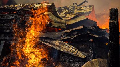 Частный дом и гараж загорелись в Кузбассе