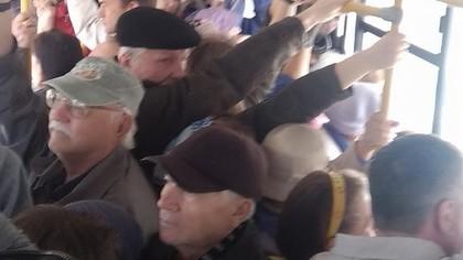Женщину зажало дверью в переполненном кемеровском автобусе