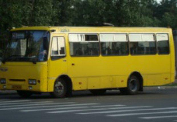 В Одессе пьяного пассажира ногами вытолкали из маршрутки (видео)