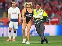 Финал Лиги чемпионов. Женщина в купальнике выбежала на поле