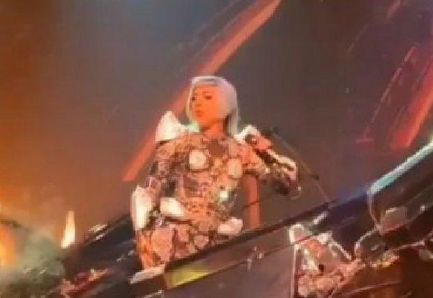 Леди Гага упала на сцену с 2-метровой высоты (видео)