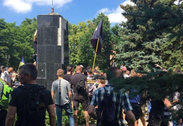 Полиция открыла два производства из-за столкновений у памятника Жукову в Харькове