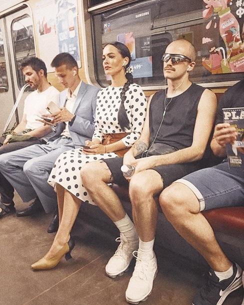 Даша Астафьева неожиданно прокатилась в метро (фото)
