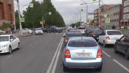 Лобовое столкновение автомобилей создало пробку в центре Кемерова