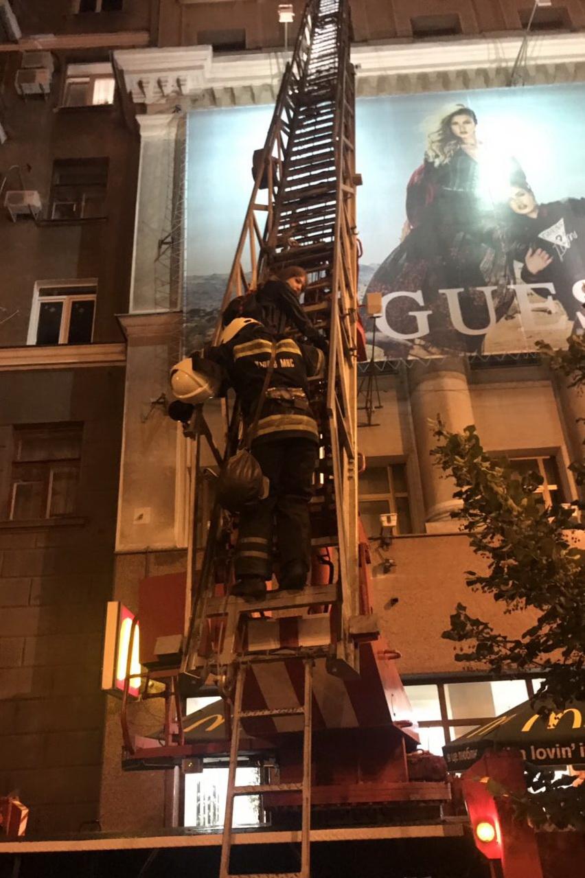 Спасатели Харькова сняли с крыши юных любительниц экстрима (видео, фото)