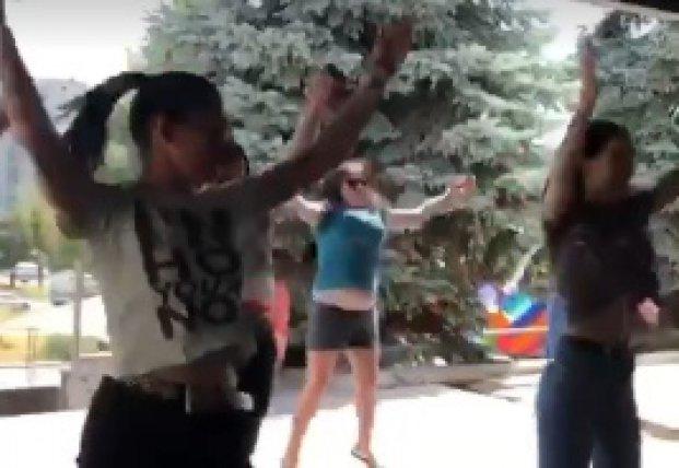 Девочек-подростков использовали в качестве агитаторов в поддержку скандального нардепа (видео)