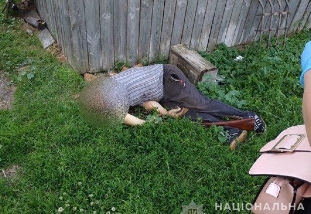 Под Киевом мужчина ранил отверткой сожительницу и застрелился