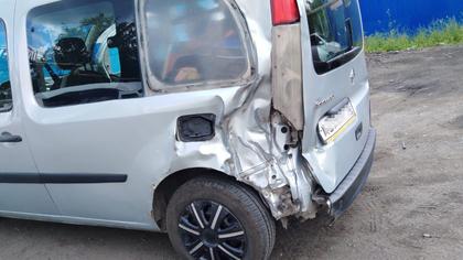 Легковой автомобиль смял микроавтобус в Мариинске