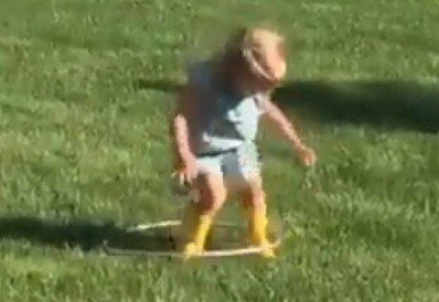 Безуспешные попытки маленькой девочки покрутить обруч насмешили Сеть (видео)