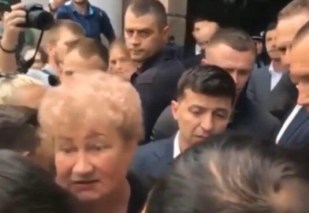 Зеленский попал в давку в Николаеве (видео)