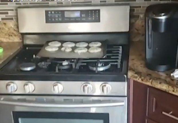 Пес украл печеньки, но уйти незамеченным ему не удалось (видео)