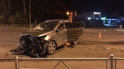 Иномарка серьезно пострадала в ночном ДТП в Кемерове