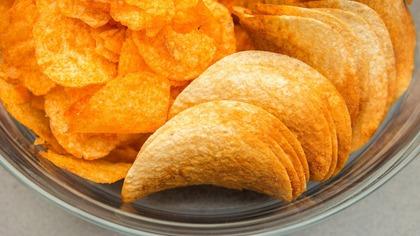 Минздрав предложил ограничить продажу чипсов и шоколада на работе