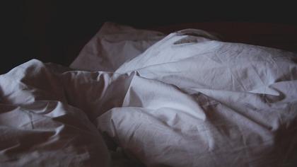 Специалисты обнаружили взаимосвязь между изменами и позами сна