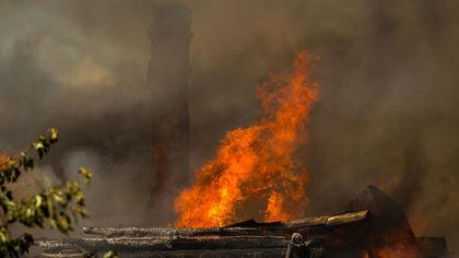 Пожар уничтожил надворную постройку в кузбасском пгт