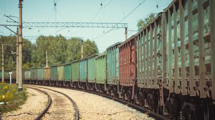 Поезд не смог объехать легковушку на путях в Кузбассе