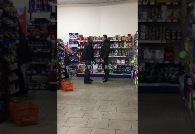 В супермаркете Днепра охранник подрался с покупателем (видео)