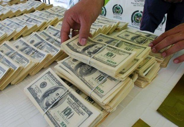 Украинцы сдают валюту активнее, чем покупают