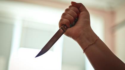 Попытка уговорить жену поехать к свекрови обернулась для тюменца ножевым ранением