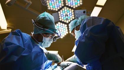 Кузбасские врачи без разрезов смогли удалить у девушки крупную опухоль