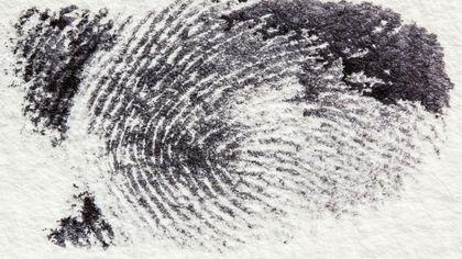 Отпечаток пальца на окне кафе выдал вора в Кемерове