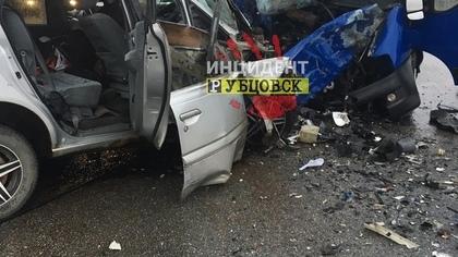 Восемь человек погибли при столкновении минивэна и микроавтобуса в Алтайском крае
