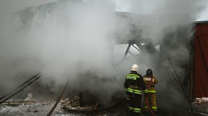 Частная баня с гаражом загорелись в кузбасском городе