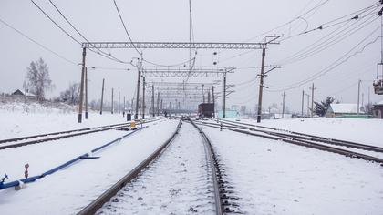 Кузбассовцы помогли водителю грузовика избежать столкновения с поездом