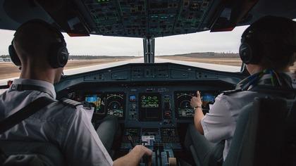 Экстренно посадивший А321 в Подмосковье пилот стал скрывать от пассажиров свое имя