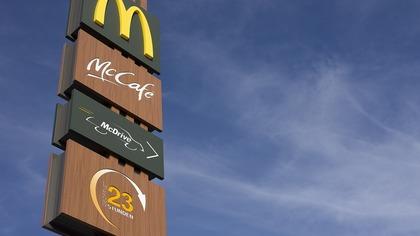 Генерального директора McDonald's уволили за роман с сотрудницей в США