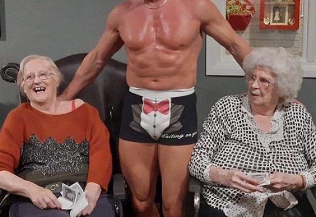 Старушка пригласила стриптизера в дом престарелых (фото, видео)