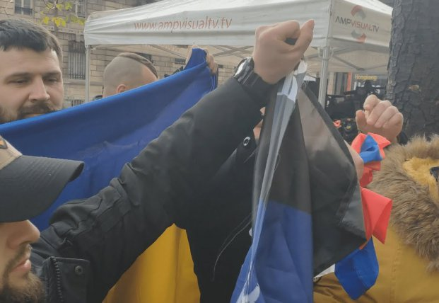 В Париже ветераны АТО разорвали российский флаг (видео)