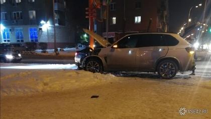 Автомобиль въехал в столб после аварии в центре Кемерова