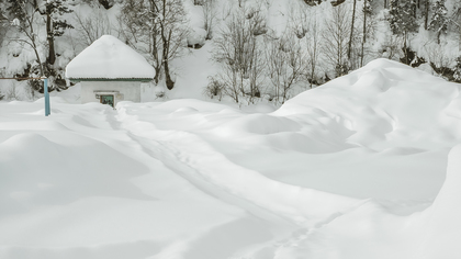 Обильные снегопады привели к дорожному коллапсу в Шерегеше