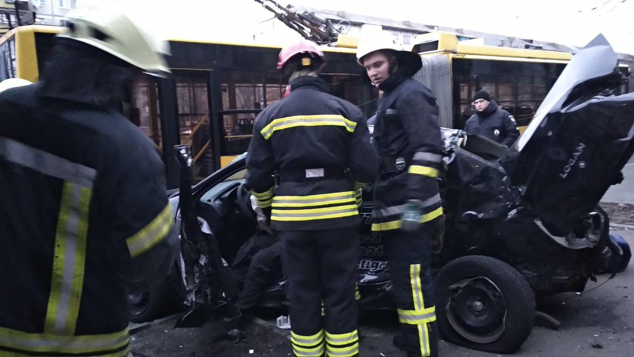 В Киеве автомобиль въехал в остановку: водитель погиб, еще двое травмированных (фото)