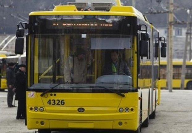 В Киеве троллейбус протащил по земле зажатую дверями пассажирку