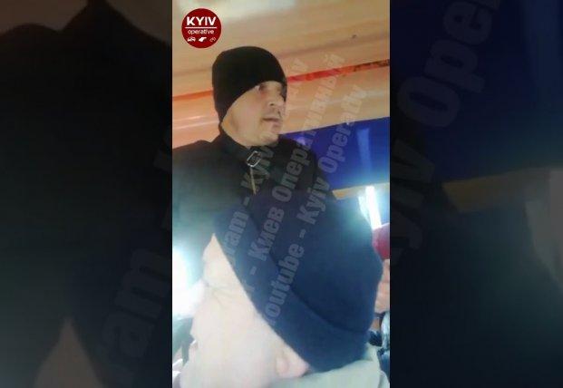 В киевской маршрутке жестко проучили мужчину, унижавшего пассажиров (видео)