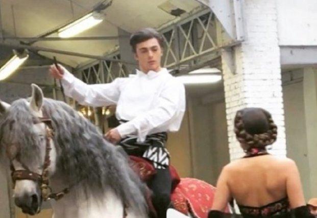 На подиум в Париже вывели лошадь (видео)
