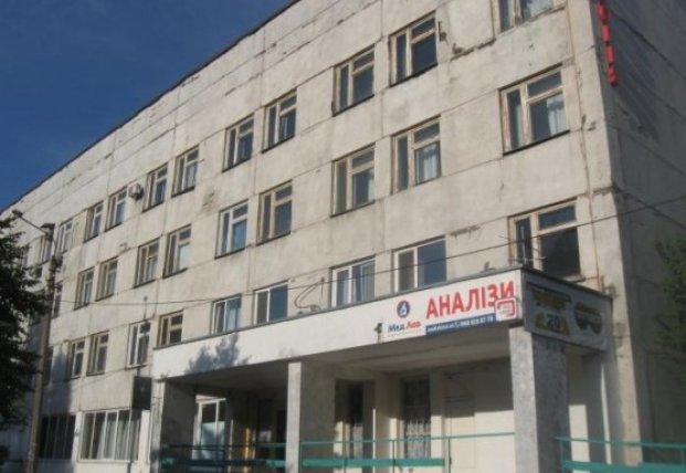 В киевской поликлинике на ребенка упали металлопластиковые двери