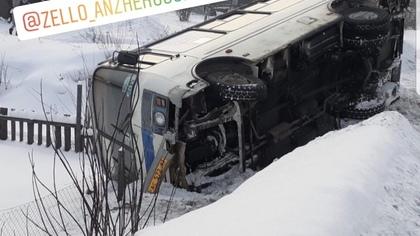 Автобус с пассажирами перевернулся в Кузбассе