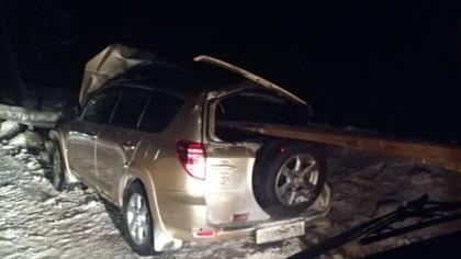 Дорожное ограждение насквозь проткнуло внедорожник на трассе в Кузбассе