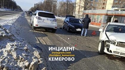 Легковушки не поделили дорогу на перекрестке в Кемерове
